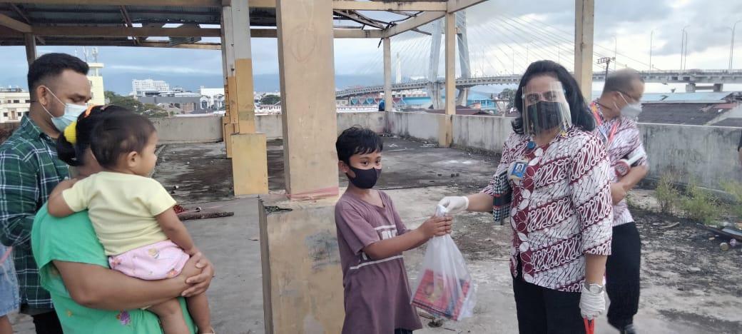 MIS bagikan sembako dan Snack kepada anak-anak binaan Dinding Manado