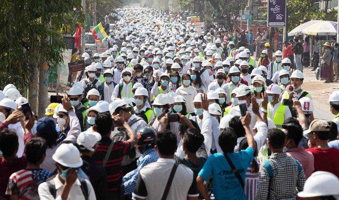 Paramedis Myanmar menghadapi peluru karena merawat pengunjuk rasa yang terluka