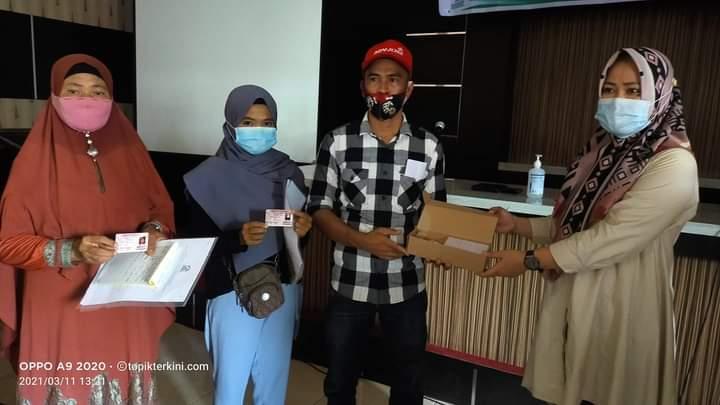 Sosialisasi Pendaftaran Penduduk, DISDUKCAPIL Jeneponto Serahkan 350 Kia Kepada Warga Desa Balang Baru