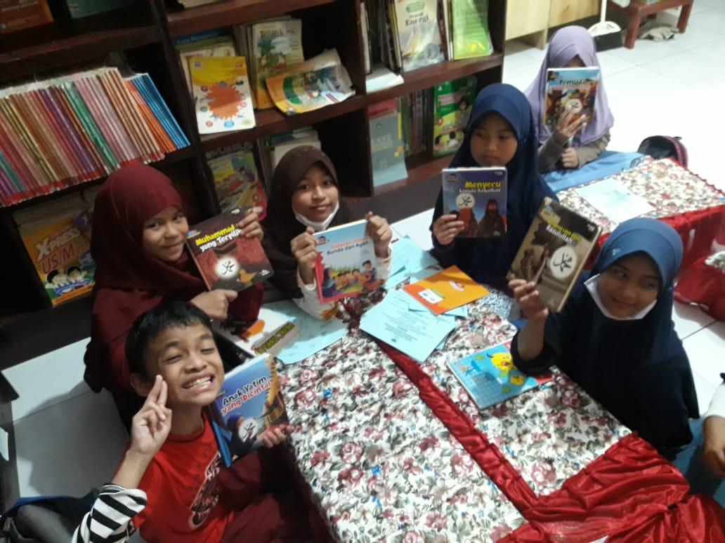 Murid-murid SD Negeri Borong Belajar Membaca Efektif