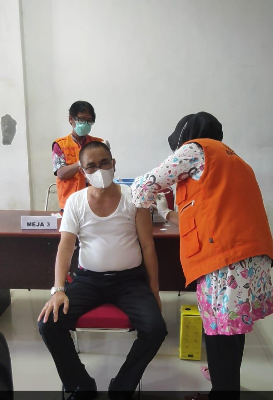 63 Pegawai DISDUKCAPIL Jeneponto Terima Suntikan Vaksin Tahap Pertama
