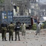 Polisi dan penjaga Pakistan disandera dalam protes anti Prancis