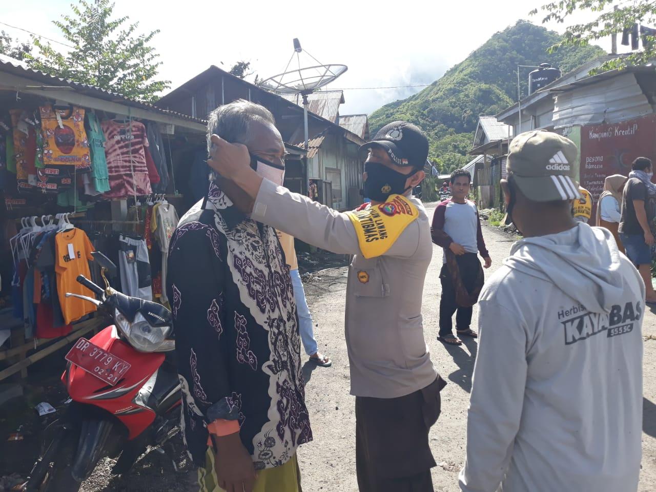 Bersinergi, TNI POLRI dan ASN Bagikan Masker di Pasat Umum Desa Sembalun Lawang