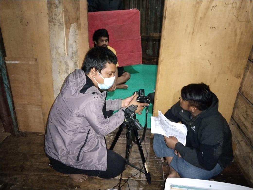 Hari Libur, TIM Jemput Bola Disdukcapil Jeneponto Lakukan Perekaman Bagi Lansia di Desa Bontomanai