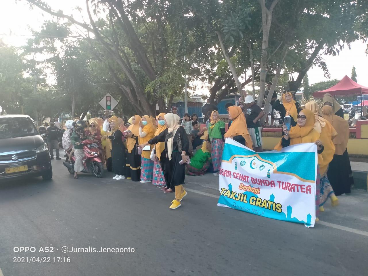 Momentum Hari Kartini, Sanggar Senam Bunda Turatea Bagikan Takjil Menggunakan Baju Bodo