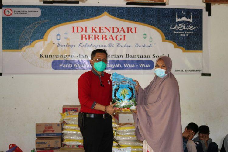 Berbagi Kebahagiaan di Bulan Suci Ramadhan, IDI Kendari Sambangi Sejumlah Panti Asuhan