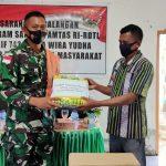 Jalin komunikasi Sosial Dengan Masyarakat Desa Dafala, Dansektor Timur Letkol Bayu Sigit Komsos Serahkan Bantuan Tali Asih