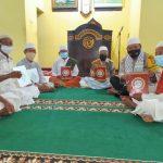 Sholat Taraweh Berjamaah, Anggota Polsek Wojo BRIGADIR AGUS SALIM Bagikan Alquran Kepada Jamaah