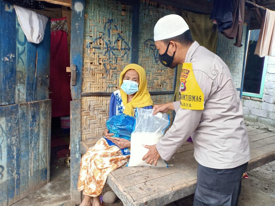 Anggota Polsek Wojo Bagikan Paket Sembako Kepada Warga Lansia