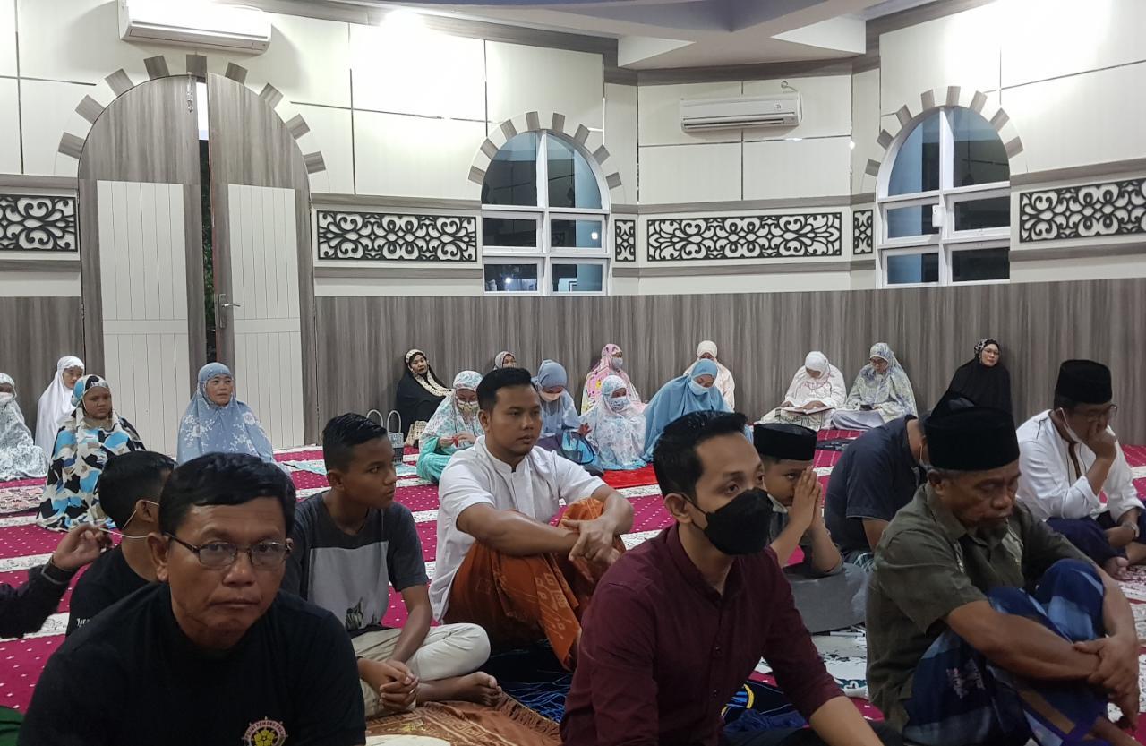 Iksan Iskandar Tarawih Berjamaah di Masjid Al-Iksan