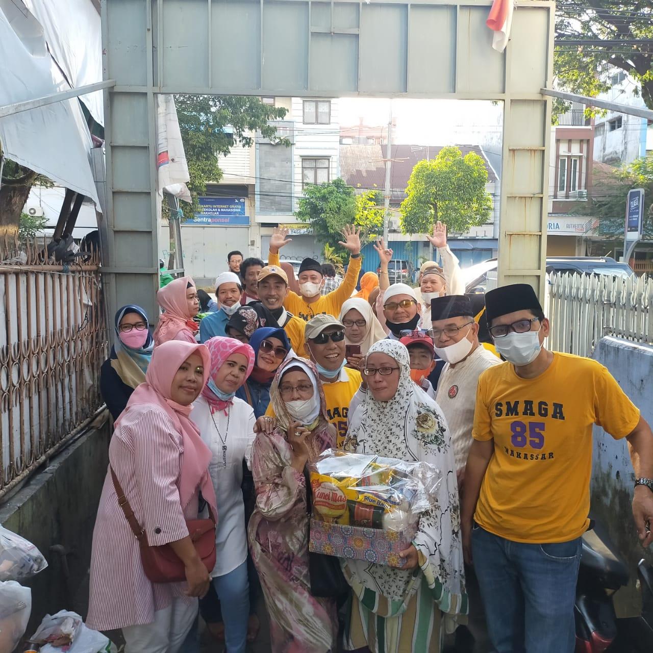 Alumni Smaga 85 Makassar bagi-bagi Nasi dos di beberapa titik jalan