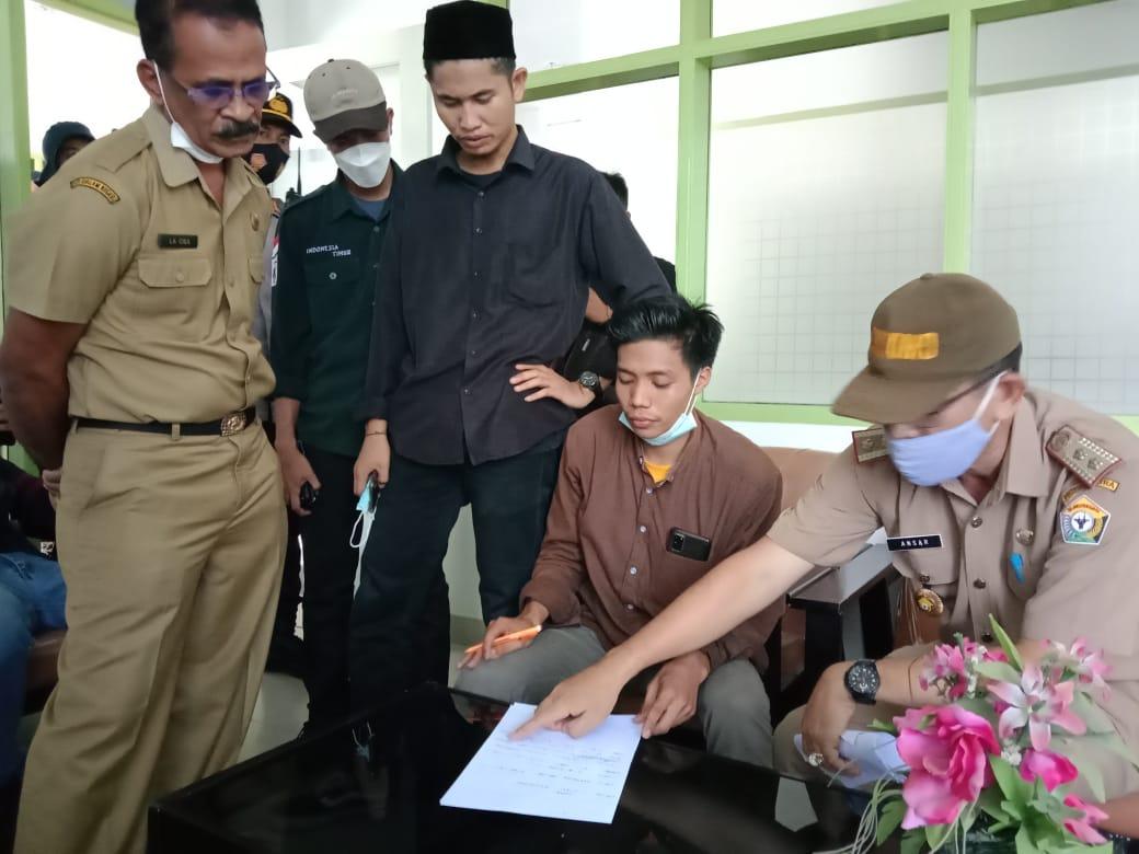 Foto : Kadis DLH Provinsi Sultra Saat Menanda Tangani Pernyataan Bersama