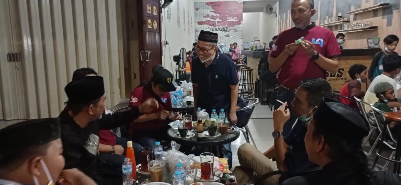 DR Sukriansyah S. Latief Buka Puasa bersama penjual Tissue lampu merah