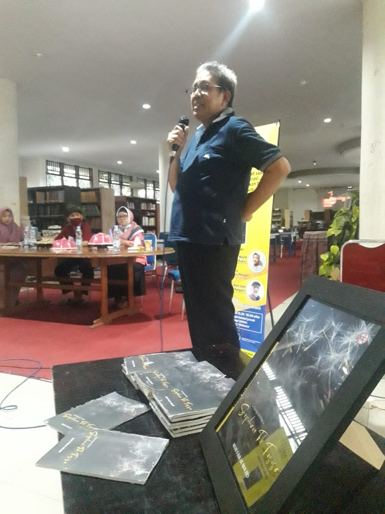 Hadir dalam acara ini, orang tua Failia, Abd majid Sewang dan Maidani, yang langsung menyerahkan buku karya anaknya itu kepada beberapa peserta diskusi. Mereka yang hadir dalam acara Sastra Sabtu Sore, kali ini, adalah dari kalangan penulis, seniman, sastrawan, dan penggiat literasi. Beberapa nama yang bisa disebut, antara lain Anwar Nasyaruddin, Syahrir Rani Patakaki, Agus K Saputra, Asmin Amin, dan Melati, Ketua Kelompok Kerja Pustakawan Sekolah (KKPS) Makassar.  Laporan: Ahmadi Haruna/Redaksi 02