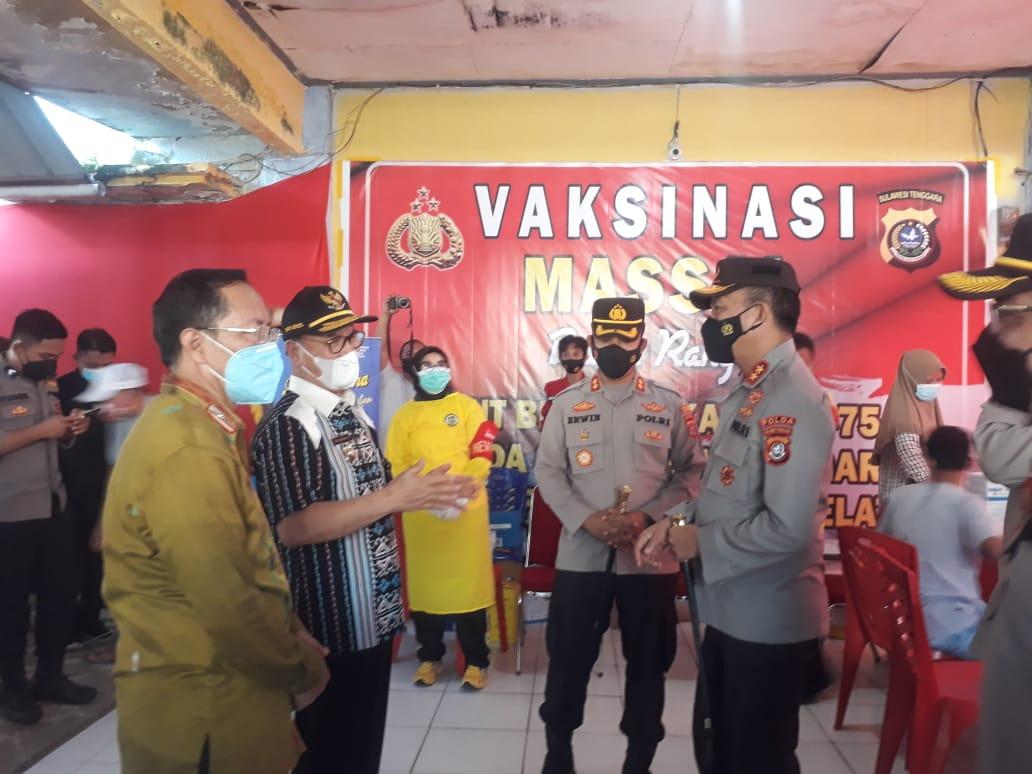 Bupati Konsel bersama Kapolda Sultra Tinjau Langsung Pelaksanaan Vaksinasi Massal