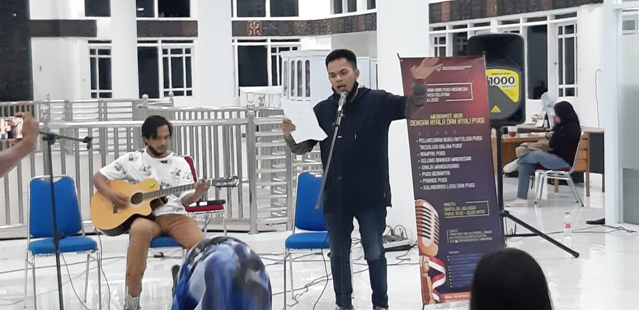 Expresi Sri Syamsiar saat tampil baca puisi