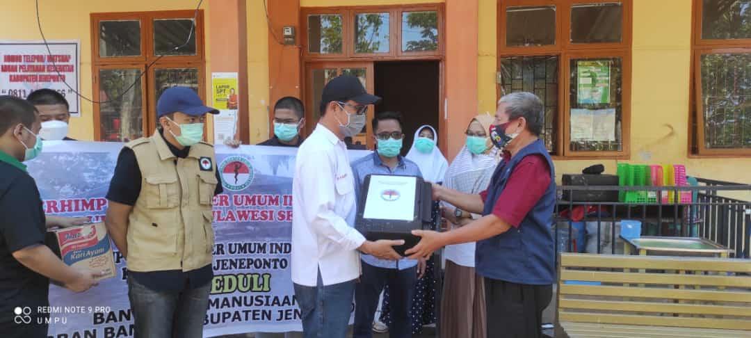Sambangi Lokasi Banjir di Jeneponto, PDUI Sulsel serahkan obat-obatan dan bahan makanan