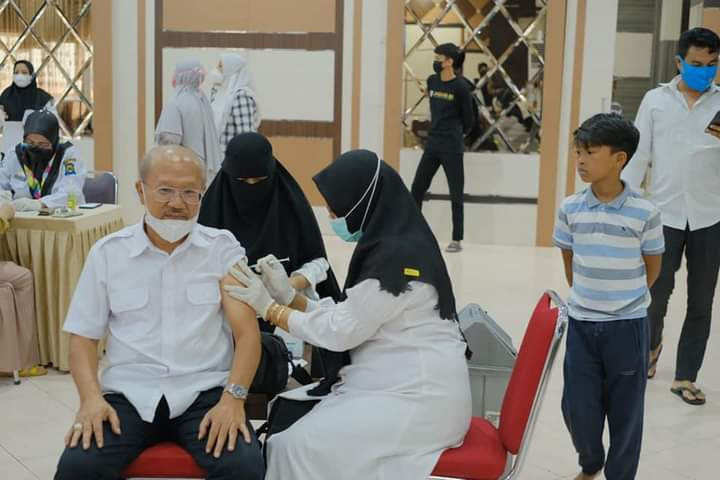 Bupati Jeneponto bersama Keluarga Terima Vaksin tahap II