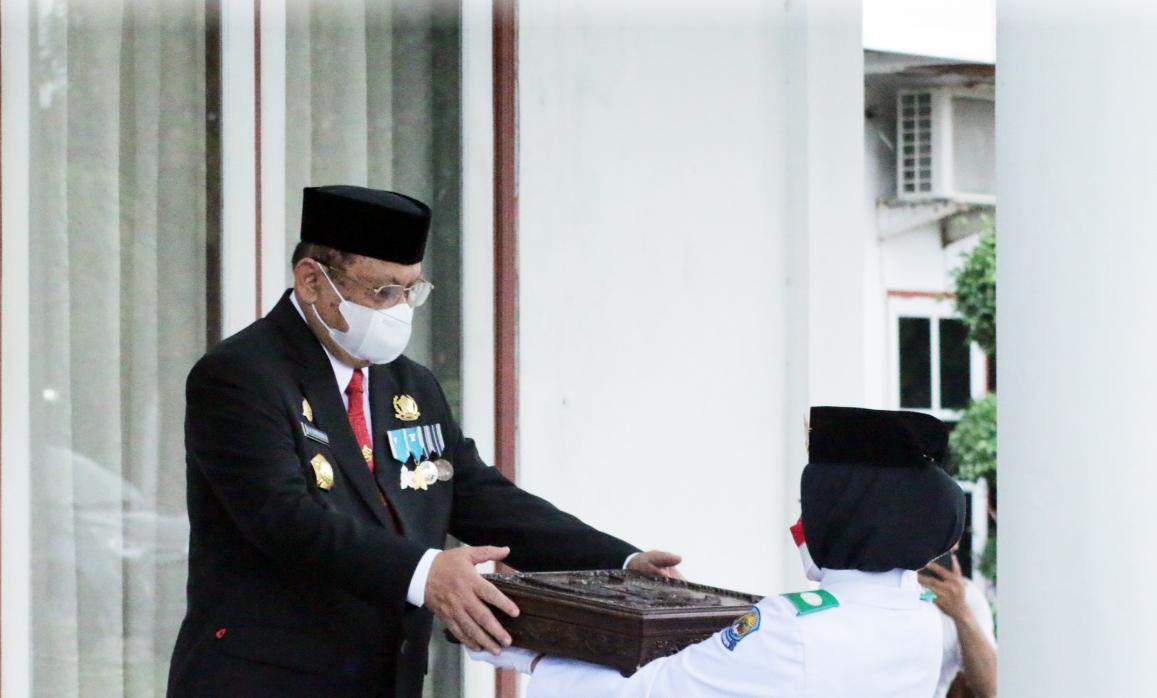 Wakil Bupati Jeneponto Jadi Irup Penurunan Jendera, Sekda Menerima Bendera