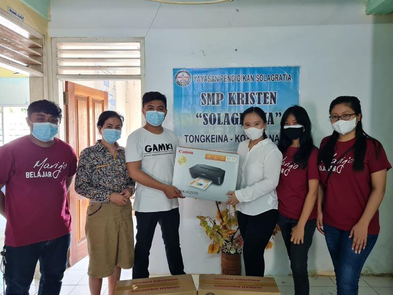 Kunjungi SMP Kristen Solagratia Tongkaina Manado, Komunitas Marijo Belajar serahkan Bantuan Kipas Angin dan Printer