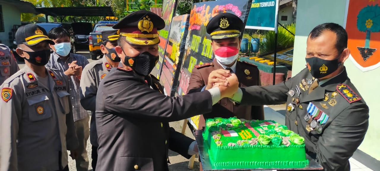 HUT TNI Ke-76, Kapolres Sinjai Beri Kejutan Kepada Dandim 1424